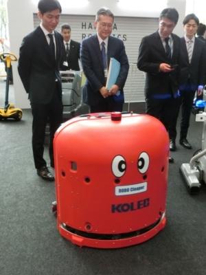 中西金属工業の「ROBO Cleaper」。障害物や人を自動で避けるだけでなく、避けたことを記憶しておき、後で改めて掃除する自動床洗浄ロボット。英国の大英博物館などでも稼働中だとか。
