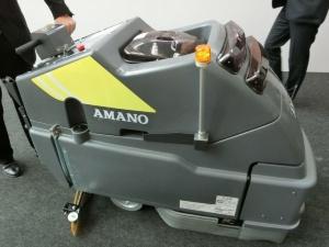 アマノの「SE-500iX II」。オペレーターが手動で操作して作業を記憶させると、以降は同様の作業を自動で行う自律走行方式の床面洗浄ロボット。