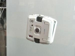 NGP-FOTECの「Windowmate」。永久磁石(ネオジム磁石)で窓をはさんで稼働する自動窓拭きロボット。