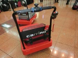 ZMPの「CarriRo」。人が歩いて行くとその後ろを自動でついてくるカルガモモードを搭載した台車型物流支援ロボット。