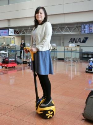 A.M.Y.クリエイティブの「INMOTION R1EX」。警備員が距離のある空港ロビーを移動するための立ち乗り型パーソナルモビリティー。