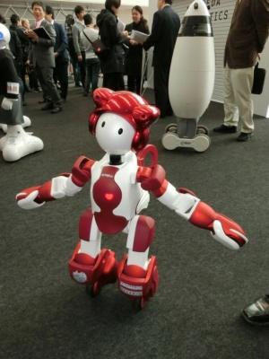 日立製作所の「EMIEW3」は、接客や案内を行う子どもサイズのヒューマノイドロボット。
