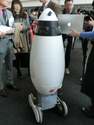 SEQSENSEの「SQ-1H」は案内業務もできる警備ロボット。レーザーによるセンシング技術で緻密な3Dマッピングを行い、周囲の環境を把握したり、落とし物や不審物を認識したりできる。