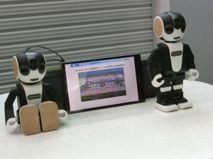 一般向けに販売されるや話題を集めたシャープのロボット型携帯電話「ロボホン」も参加する。利用者の質問を音声で聞き、身ぶりや映像で案内するという。アナウンスや雑音の多い空港で、音声認識の実力を試すのが狙いだ。