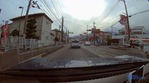 DVR-610で撮影した動画。高解像度で撮影した映像なので、周囲の車や看板、フェンスの編み目などがはっきりと写る。