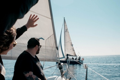バルセロナにて地中海をクルージングする体験企画。プライベートな空間で思う存分楽しめる