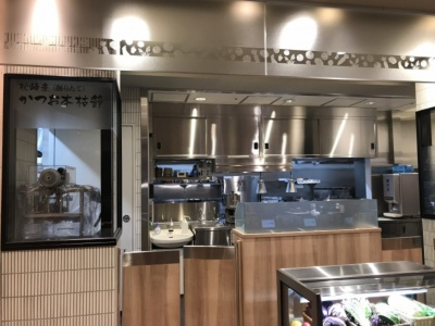 新丸の内センタービルディング店のオープンキッチン。オーダーから完成まで一連の工程が見られる。オープンキッチン化に伴い、テーブルよりもカウンター席の割合を増やしたという