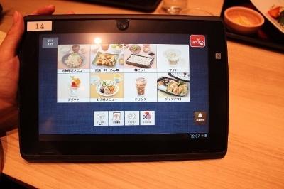 オーダー用タブレット端末で店員を呼ぶことなくテーブルから料理を注文できる