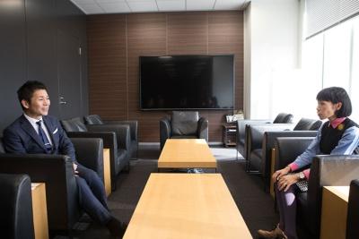 """RIZAPグループの瀬戸 健(せと たけし)社長(左)は1978年、福岡県北九州市生まれ。2003年4月に健康食品の通信販売を目的として、健康コーポレーション(現RIZAPグループ)を設立。「豆乳クッキーダイエット」「どろあわわ」などをヒットさせ、2012年にはパーソナルトレーニングジム「RIZAP(ライザップ)」を開業。""""自己投資産業グローバルNo.1""""を目指すために積極的なM&Aも行い、2017年3月期のグループ連結売上高は952億円を達成"""