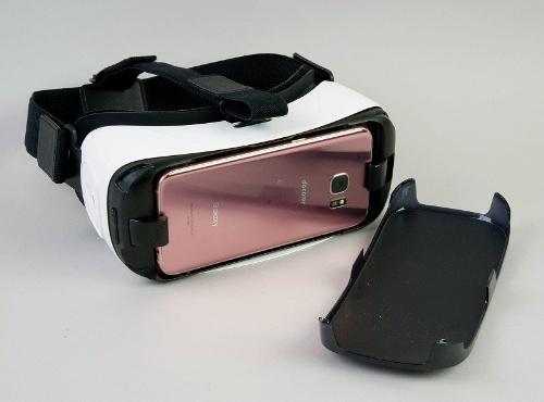 サムスンのGalaxy Gear VR。Galaxyをセットするだけで楽しめるのだが……