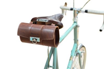本革製サドルバッグが付属。これだけでもかなりコストがかかっていそうな本格的なものだ。サドルはイギリス、ブルックス社のツーリングモデル「B17スタンダード」を採用。使い込むほどに座り心地や風合いが高まるのが特徴だ。