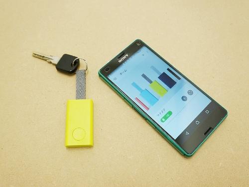 Qrioのスマートタグ「Qrio Smart Tag」(左)。価格は3980円(税別)。専用アプリをインストールすることで、iPhoneとAndroid端末のどちらでも利用できる。