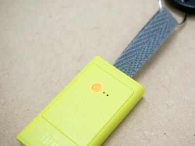 背面にLEDランプを内蔵し、電池カバーを固定するクリア素材のネジがランプの穴を兼ねている。またリボン部分は、好みのリボンに変更することも可能だ。