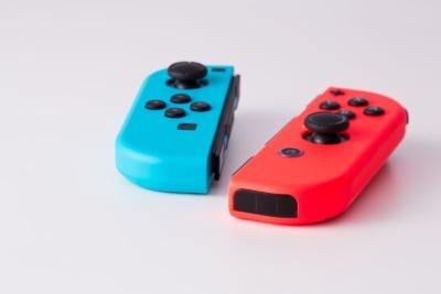 Nintendo Switchの右のジョイコン(写真では赤いほう)にはモーションIRカメラが付いている