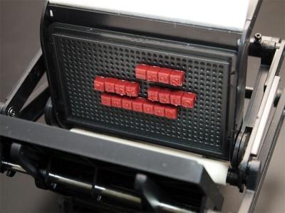 印刷機に活字台をセットしたところ