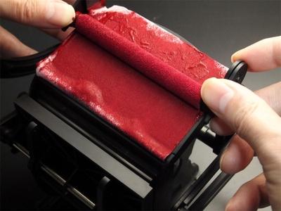 レバー操作だけでなく、直接ローラーをインク台に押し付けて転がすと、ローラーにインクが付きやすい