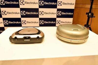 エレクトロラックスが2018年3月2日に発売予定のロボット掃除機「PUREi9」(予想実売価格13万円前後)。右は同社が2001年に世界で初めて発売したロボット掃除機の「トリロバイト」