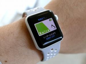 iPhoneのWatchアプリから登録したSuicaを「エクスプレスカード」に指定しておけば、Apple Watchをリーダーにかざすだけで支払いが可能だ