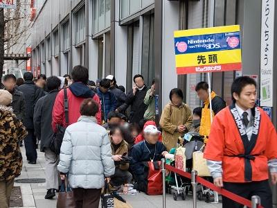 ニンテンドーDS Liteの発売日、カメラ量販店には購入者の長い行列ができた。