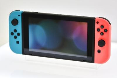 Joy-Conを左右に装着して使う「携帯モード」。Wii UやPS Vitaなどの携帯ゲーム機と同じ感覚でプレーできる。