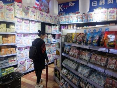 日本製品コーナーの主役は赤ちゃん用の紙おむつ。