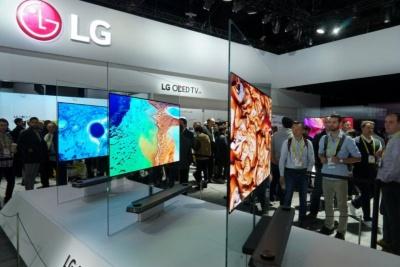 LGによる「LG OLED W」はマグネットで壁に貼れる超薄型なのが特徴。