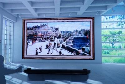まるで絵画のように、部屋の壁に貼って映像を見られる。