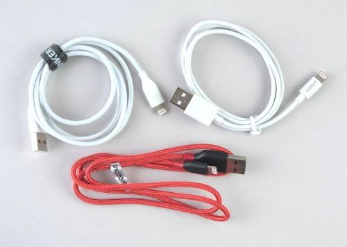 アンカーのLightningケーブルは、現在の取り扱い製品だけでも3種類ある。右上は「プレミアムライトニングUSBケーブル」(790円)、左上は「PowerLineライトニングUSBケーブル」(999円)、赤いものは「PowerLine+ライトニングUSBケーブル」(1599円)だ。いずれも価格は90センチモデル、アマゾンでの販売
