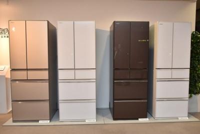 2018年2月下旬以降順次発売する冷凍冷蔵庫「真空チルド HWシリーズ」。左2機種が定格内容積602Lの「R-HW60J」(2月下旬発売、予想実勢価格37万円前後)、右2機種が定格内容積520Lの「R-HW52J」(3月下旬発売、同32万円前後)