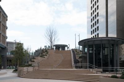 晴海通りから東京ミッドタウン日比谷に向かうと目に入るのが日比谷ステップ広場。約3600平方メートルの広大な円形広場で、ステップ状の階段は歩道と椅子の2つの機能を持つという