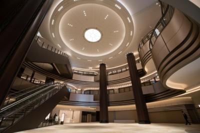 伝統的な劇場空間を参考に設計したというアトリウムは1 階から3階までの吹き抜け