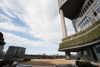 都市と公園の融合を感じさせる6階のパークビューガーデン。周囲に高い建物がないので見晴らしがよい