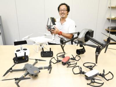 田口厚(たぐちあつし)さん。ドローンエモーションの代表として、ドローンによる空撮動画制作や、ドローンを活用した事業の企画、セミナーなどを開催。ドローン関連Webメディアでは、製品のレビューや空撮技術などの記事を執筆。JUIDA認定スクール講師、DJIインストラクターの資格を持ち、数々のドローンスクールの講師も務めている