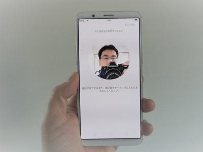 顔認証機能も備えており、iPhone Xと同じような感覚で画面のロック解除などができる(写真の筆者は、画面を撮影するためカメラが一緒に写ってしまった)。認証が非常に高速で便利だが、セキュリティーを重視するなら指紋認証を使った方がよい