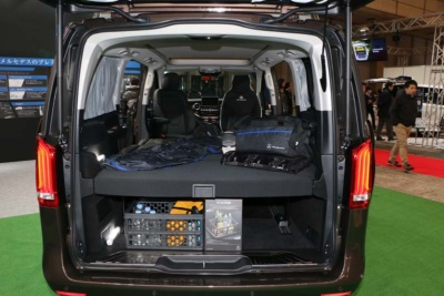 「Vクラス」のロングボディーにポップアップルーフやフラット化可能なシートなど専用装備を装着