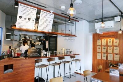「coffee mafia(コーヒーマフィア)西新宿店」(新宿区西新宿6-12-16)。営業時間は8〜23時。24席。2018年1月には飯田橋に2号店も開業