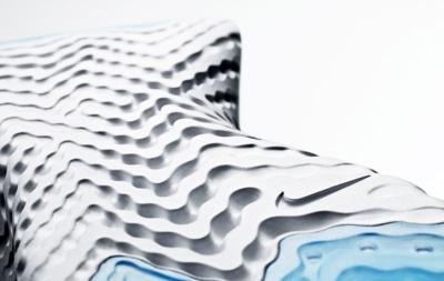 ミッドソールとアウトソールに入れられた波のようなパターンも特徴