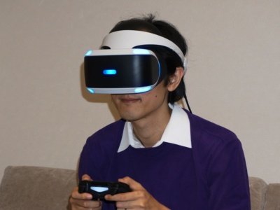 PS VRはVRヘッドセットを頭に被って遊ぶ。VRヘッドセットの重量は約610g。青く光っている部分をPS Cameraが捉えることで、頭の位置や向き、傾きを認識する仕組みだ