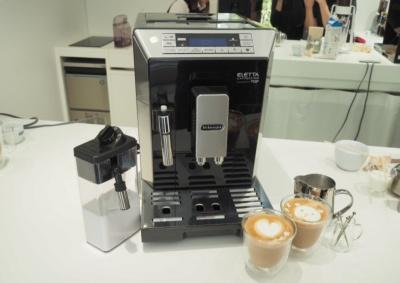 フルスペックの全自動コーヒーマシン「エレッタ カプチーノ トップ ECAM45760B」。レギュラーコーヒーからミルクメニューまで豊富なバリエーションのコーヒーを抽出できる