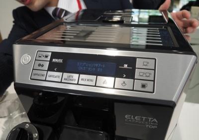 操作は本体上部の操作パネルで行う。レギュラーコーヒーのほか、カプチーノやカフェラテ、ミルクメニューなどメニューが豊富