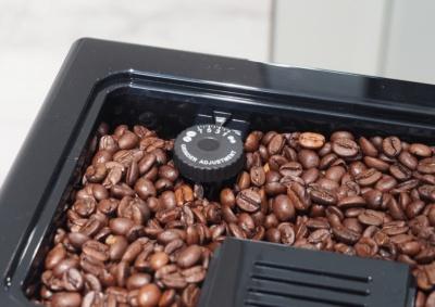 ひいた豆の粗さは豆ホッパーにあるダイヤルで変更する。ひき具合を粗くすることで雑味の少ない味、細かくすることで濃厚な味を楽しめるという