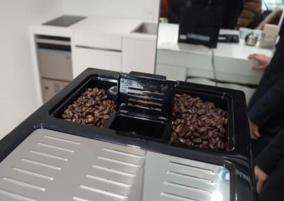 豆ホッパー中央には「粉コーヒー」を投入できる投入口も用意されている。豆だけでなく、粉コーヒーも楽しめる自由度の高さは魅力的だ