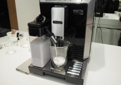 ミルクを入れたタンクをセットするだけで、バリスタが作るフワフワのミルクを再現する「ラテクレマシステム」