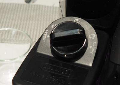 ミルクタンク上部のダイヤルで「泡の硬さ」を変更可能。右に回すと硬めの泡、左方向で泡の少ないなめらかなミルクになる