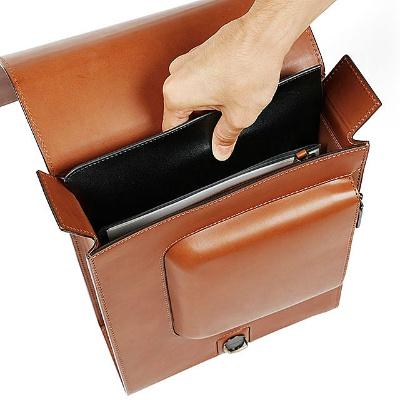 ランドセルなので開口部が大きく、書類を縦に収納できるのが特徴。13インチ(縦約32×横約22cm) までのノートPCも入る
