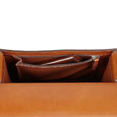 フロントポケットのほか、メーン荷室に内ポケットを備えている。名刺入れやキーケースなどの小物整理に最適
