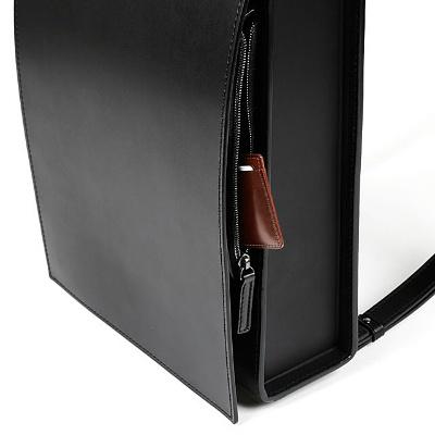 001の革に熱と圧力をかけて立体的に作ったフロントポケットはランドセルのフラップを閉じた状態でも取り出せる作りになっている