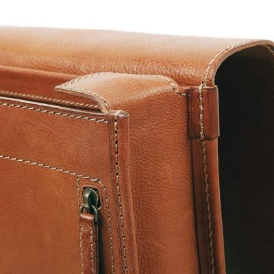 「OTONA RANDSEL 002」は革の雰囲気を生かすため、エッジの仕上げは場所によってパイピングとコバ磨きを併用している