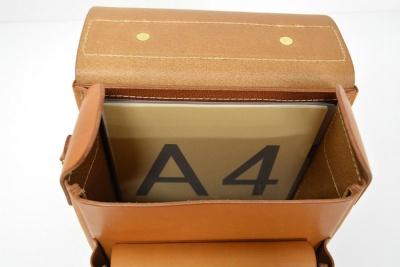 A4書類を縦に入れられるメーン室と、大型の外ポケットを備える
