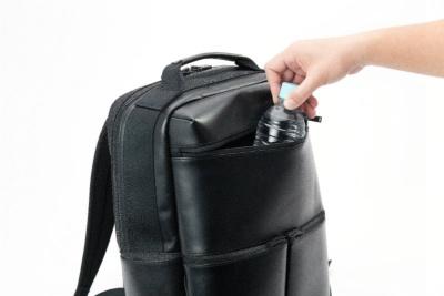 上段のフロントポケットは大サイズで縦に深い。ペットボトルや折り畳み傘も難なく入れられる